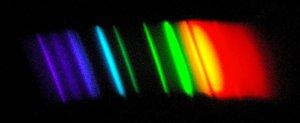 800px-Спектр_лампы_ДНаТ.JPG