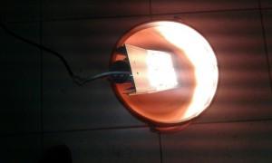 Светильник в воде включен.jpg